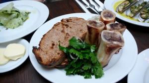 Un classique: os à moelle avec salade de persil